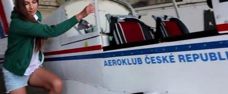 18+ Video: cum sa faci un test-drive topless cu... avionul