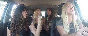 4 fete cucuiete ne arata ca stiu sa se distreze in masina cu ajutorul telefonului!