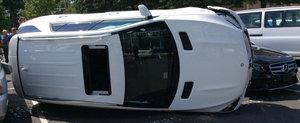 A reusit sa rastoarne un Mercedes de 60.000 de dolari la numai cateva secunde dupa ce l-a pornit