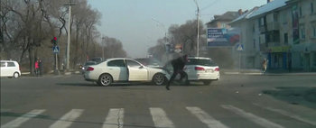Accident cu final amuzant, intr-o intersectie din Rusia