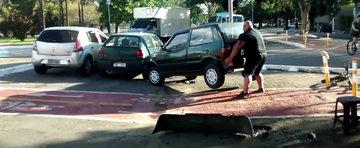 Biciclistul cu muschi din Brazilia muta o masina parcata pe banda pentru biciclete
