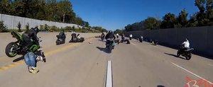 Bowling cu motocicletele: prostia unui motociclist duce la un accident in lant