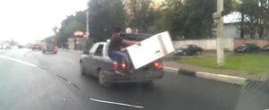 Cam asa se transporta un frigider in Rusia