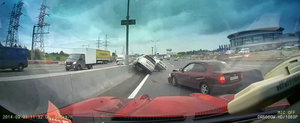 Carambol cu trei masini pe o autostrada din Rusia - Momentul impactului