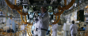 Concedieri masive in industria auto din Romania. Voluntarii, un pas in fata!