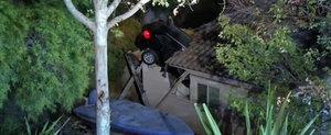 Cu BMW-ul infipt in acoperisul casei...