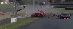 Cum a scapat teafar pilotul acestui Ferrari 458 GT3 in urma acestui accident ramane un mister...