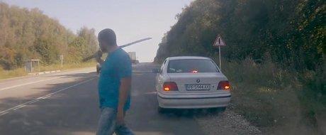 Cum ii ajuta un ungur pe tiganii romani cu 'masina stricata' sa se puna in miscare
