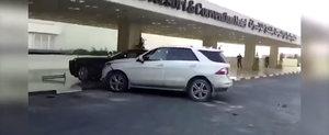 Cum iti ia alcoolul mintile: Soferul unui Mercedes loveste repetat un Rolls Ghost
