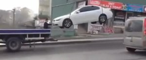 Cum se ridica masinile in Turcia: un BMW cade de la inaltime