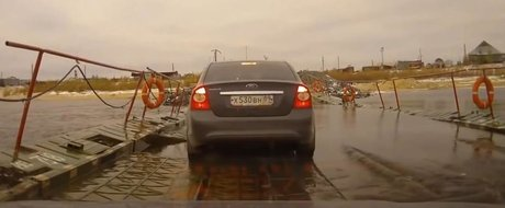De vina este ploaia! In Rusia, un camion scufunda un pod cu tot cu masini