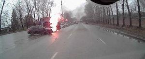Doar in Rusia: Doua masini se aprind instant in urma unei coliziuni