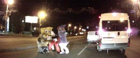 Doar in Rusia: Mickey Mouse si SpongeBob iau la bataie un sofer