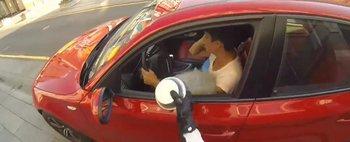 Epic! Un motociclist rus ii pune la punct pe taranii care fac mizerie