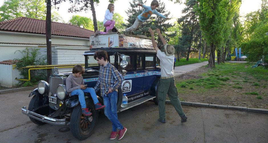 Familia care face inconjurul lumii de 16 ani cu o masina din 1928 a ajuns in Romania!