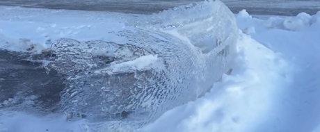 Gerul... tranteste o sculptura auto in mijlocul unei parcari din Canada