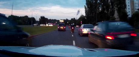 Ilegale in Varsovia: Un BMW M3 se ia la intrecere cu un grup de motociclete