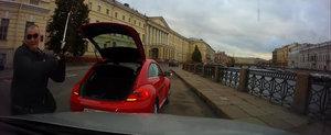 In Rusia, orice sofer de VW Beetle are in portbagaj o crosa de golf. Dar nu ca sa nimereasca gaura...