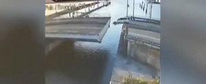Incercarea unui olandez de a sari pe un pod in miscare se sfarseste extrem de prost
