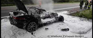 Incident nefericit pe Autobahn: Un Jaguar F-Type sfarseste in flacari