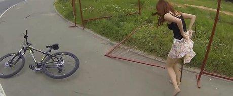 Intamplari (deocheate) din traficul rusesc: bikini si biciclete