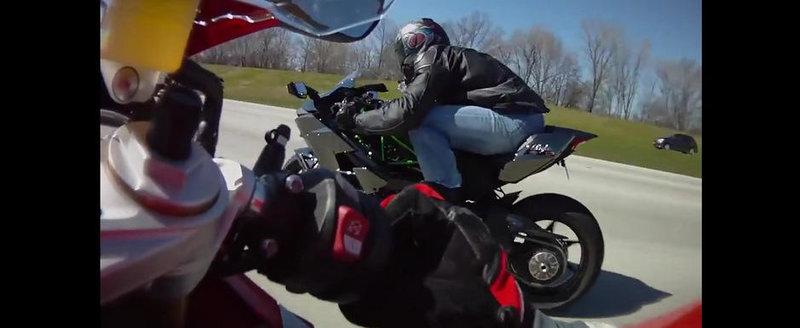Intrecere la mare viteza intre un BMW S1000RR si un Kawasaki Ninja H2