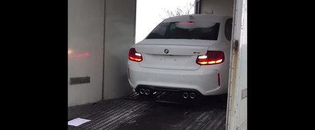 Livrare Speciala: Un belgian isi primeste BMW-ul M2 comandat