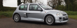 Masina cu motor central la pret de sedan diesel. Cu cat se vinde acest exclusivist Clio V6