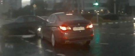 Masina fantoma din Rusia apare de nicaieri si tamponeaza un BMW