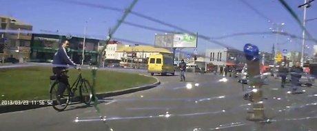Masini cu steaguri rusesti, atacate pe strada in Ucraina