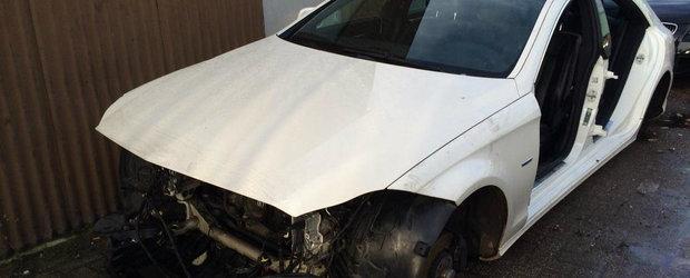 Mercedes-ul ASTA a fost lasat de hoti fara faruri, usi si portbagaj