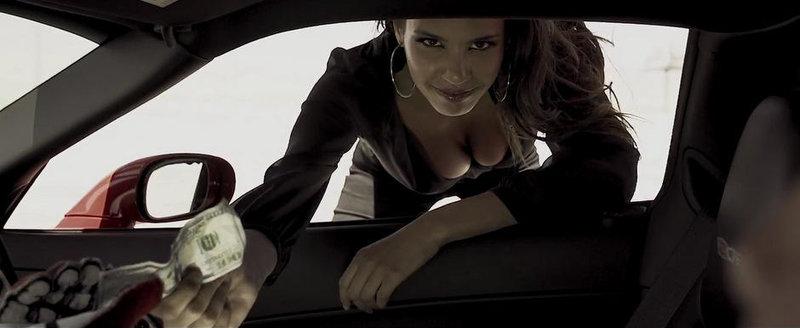 Miss Franta ne incanta privirile cu o tura sexy la bordul unui Corvette Z06