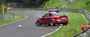 Momentul dureros in care un BMW 1M isi pierde farul si bara la Nurburgring