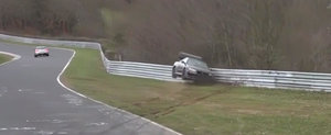 Momentul dureros in care un Nissan GT-R R34 loveste parapetul de protectie de la Nurburgring