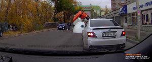 Momentul in care o betoniera este inghitita de asfaltul din Rusia