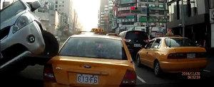 Momentul in care o soferita neatenta se urca pe un taxi stationat
