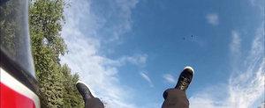 Momentul in care un motociclist este aruncat in aer de un sofer neatent