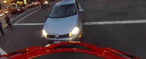 Motociclistul-Ninja: Aterizeaza in picioare dupa ce este lovit de o masina