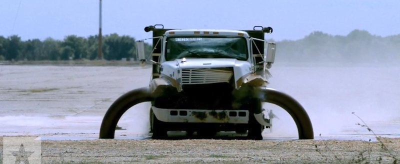 O bariera speciala distruge un camion aflat in viteza