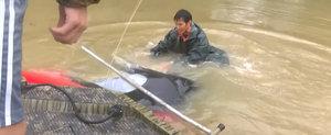O femeie este salvata in ultima secunda dupa ce masina i-a fost luata de inundatie si scufundata