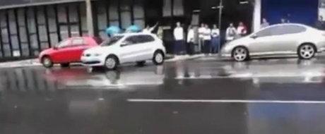 O femeie incearca sa parcheze. Poti ghici ce se intampla mai departe?