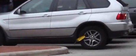 O femeie pleaca cu masina chiar daca are roata blocata