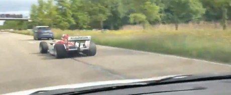 O masina de Formula 1 se plimba pe autostrada