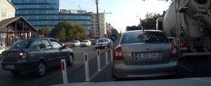 Pedepsit de Politie ca a depasit coloana, un sofer din Bucuresti loveste un stalp