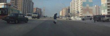 Pietonul norocos din Rusia habar nu are ca Ingerul Pazitor si-a facut treaba