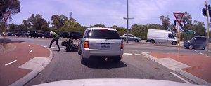 Prostia unui sofer din Australia: cum sa dobori un politist de pe motocicleta