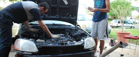 Repararea masinii de catre mana proprietarului, interzisa. Ce parere ai?