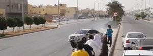 Risca biciuirea in piata publica, dar nu se lasa: arabii fac drifturi dementiale cu o masina FWD