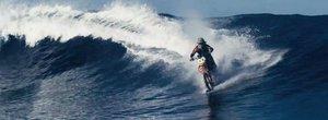 Robbie Maddison calareste valurile cu o motocicleta intr-un clip senzational de vara