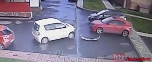 Rusul ASTA isi pierde spoilerul in timp ce incearca sa iasa din parcare